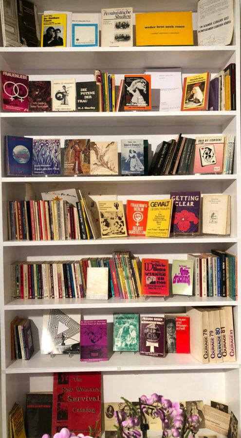 Bücherregal mit Büchern und Zeitschriften des Frauenbuchvertriebs