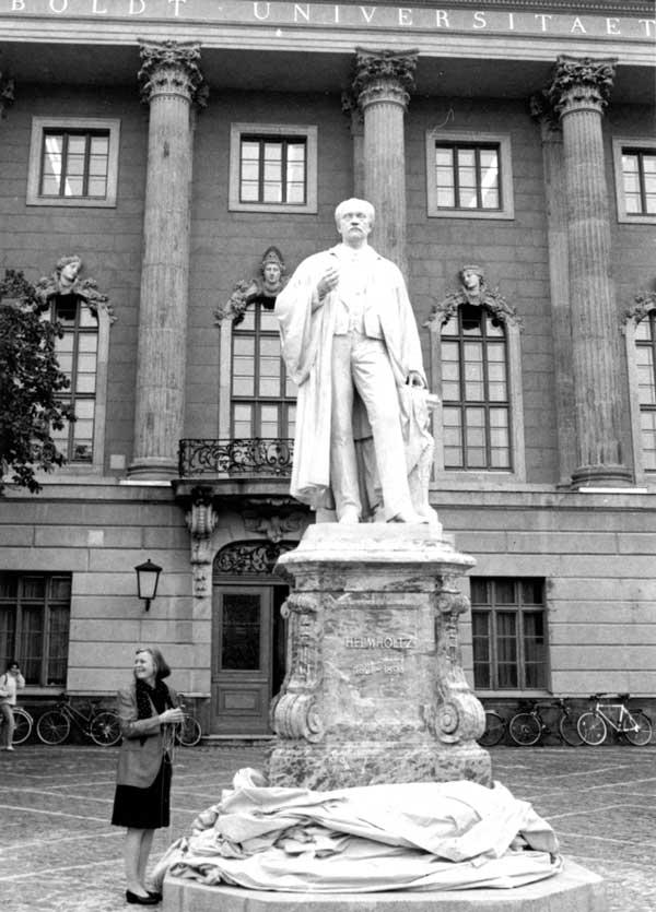 Helmholtz Denkmal vor der HUB